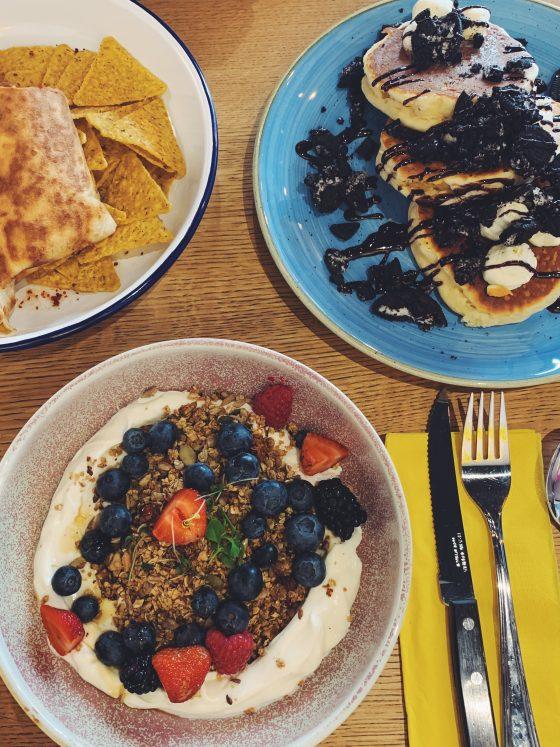 Burrito-und-Pancakes-und-Müsli-im-Seven-Sundays
