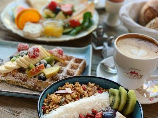 Acai-bowl-und-waffel-frühstück-im-Sweet-Shabby