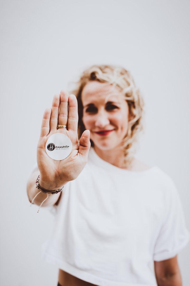 Hanna-mit-Hannoverdeinernst-Sticker-auf-der-Hand