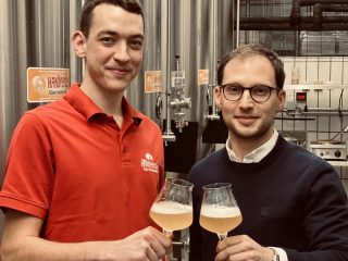 Hannes-stößt-an-mit-Hanöversch-Bier
